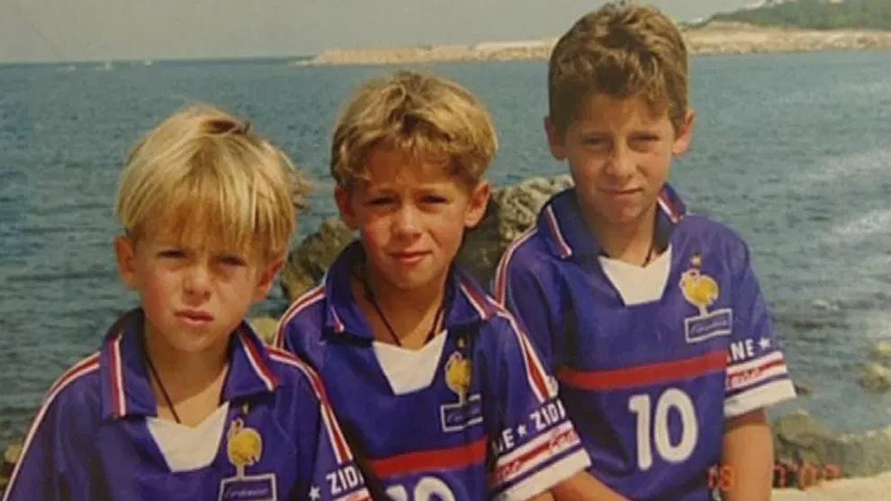 Eden Hazard (derecha) con sus hermanos y la camiseta de Zidane en el...