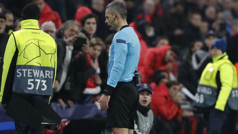Skomina consulta la pantalla del VAR durante el Ajax-Real Madrid de...