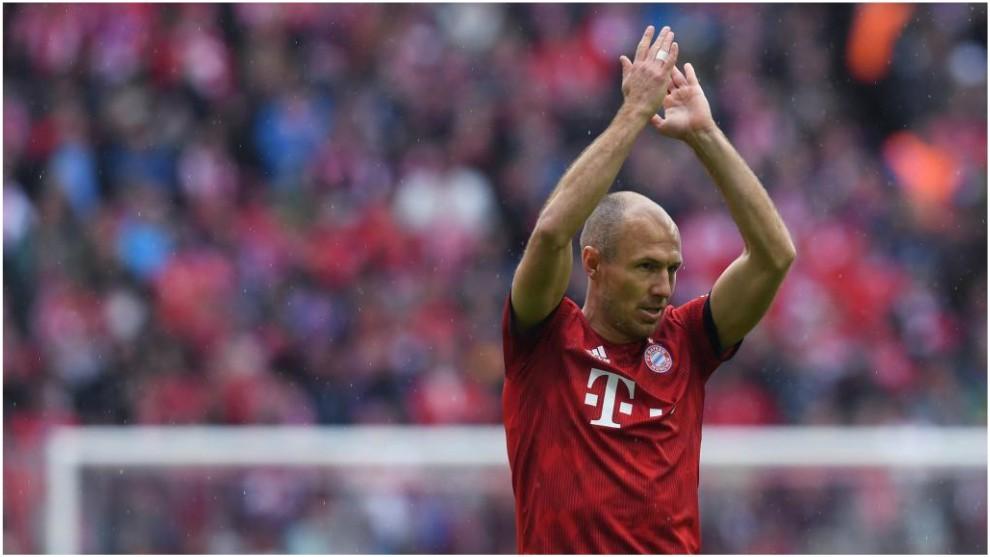 Robben aplaude a la afición ante el Hannover.
