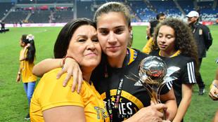 Rangel con el trofeo de campeonas