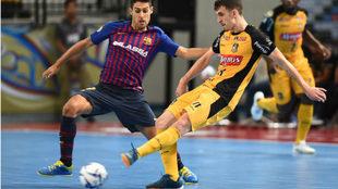 Marcel golpea el balón ante Adolfo durante la última...