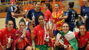 Las jugadoras del Atlético Navalcarnero celebran el título de Copa...