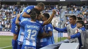 Los jugadores del Málaga celebran el primer gol de Adrián al Oviedo