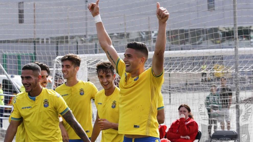 Edu Espiau celebra uno de sus dos goles al Adarve.