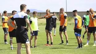 Manuel, rodeado por sus jugadores en un entrenamiento de la semana...