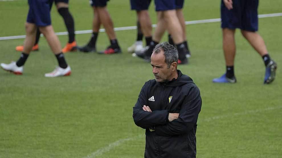Un pensativo Álvaro Cervera, durante un entrenamiento del Cádiz la...
