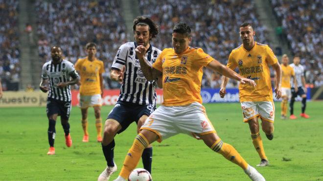 Pizarro y Salcedo pelean por el esférico.
