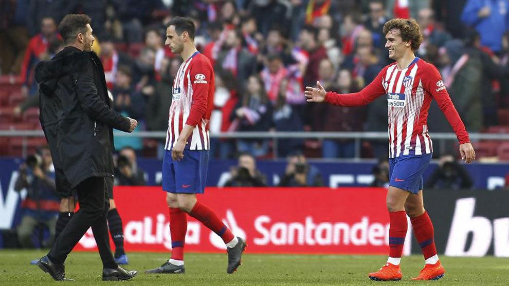 Diego Pablo Simeone y Griezmann se saludan tras un partido.