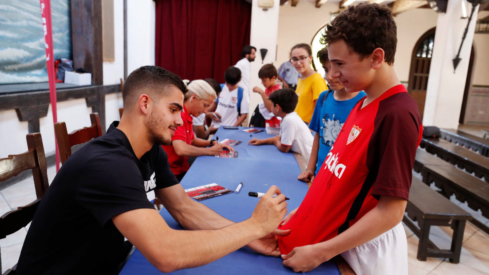 André Silva firma un autógrafo en Isla Mágina en un acto del club.