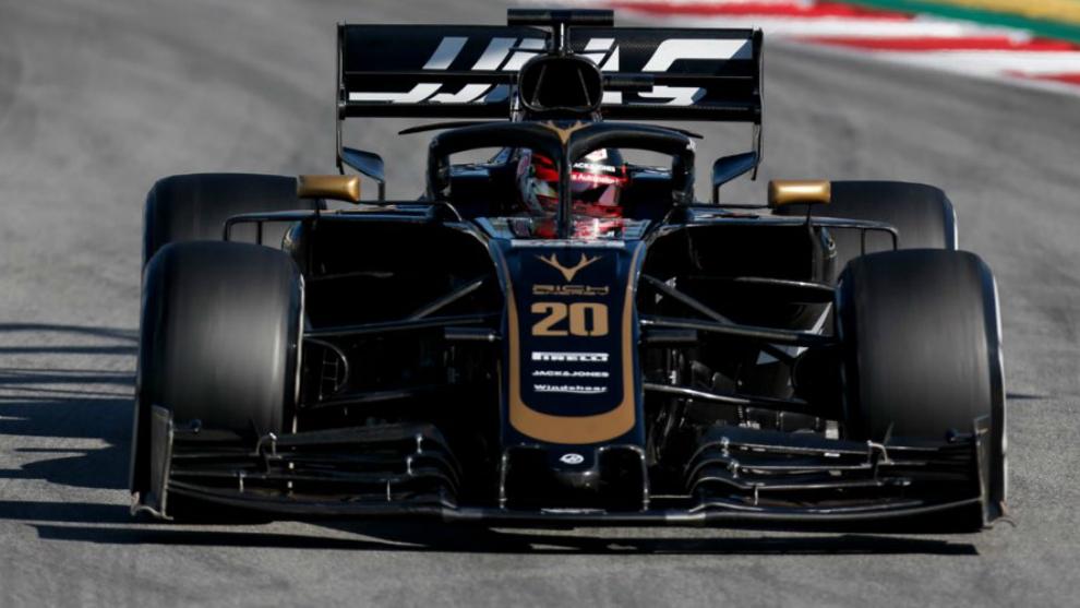 Kevin Magnussen, a los mandos del Haas VF19 .
