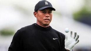 Tiger Woods juega con una bola en la ronda de prácticas
