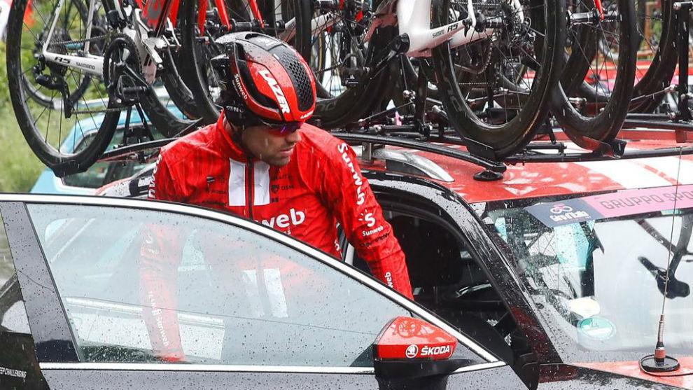 Dumoulin subiéndose al coche de equipo tras su abandono.