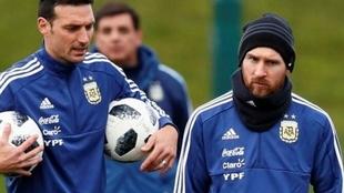 Scaloni, junto a Leo Messi en un entrenamiento de Argentina.