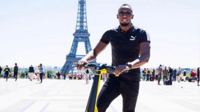 Usain Bolt, en París, con el patinete que lleva su nombre