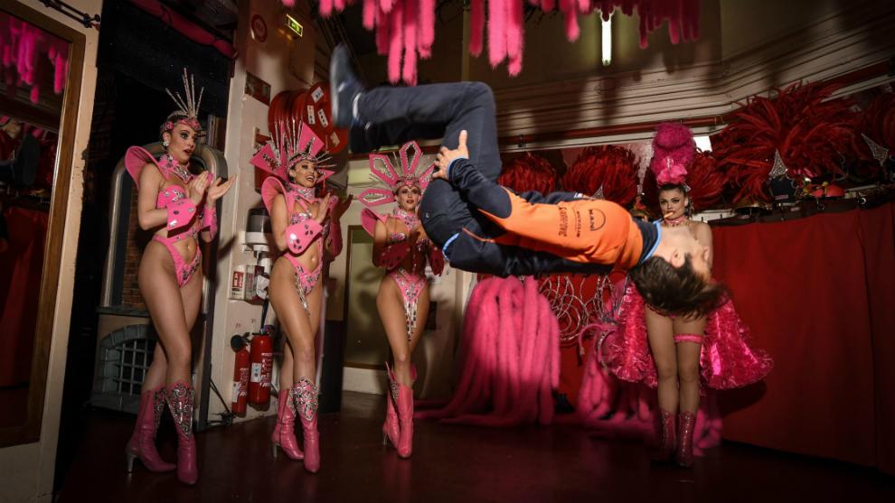 Zarco, ante cuatro bailarinas del Molin Rouge.