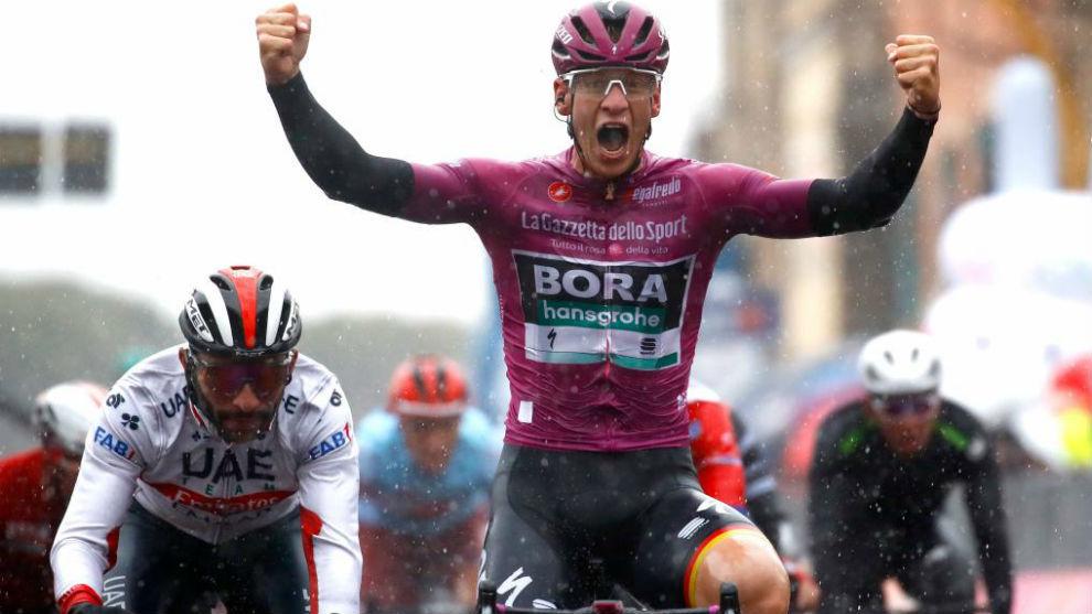 Ackermann celebrando su doblete en este Giro por delante de Gaviria.