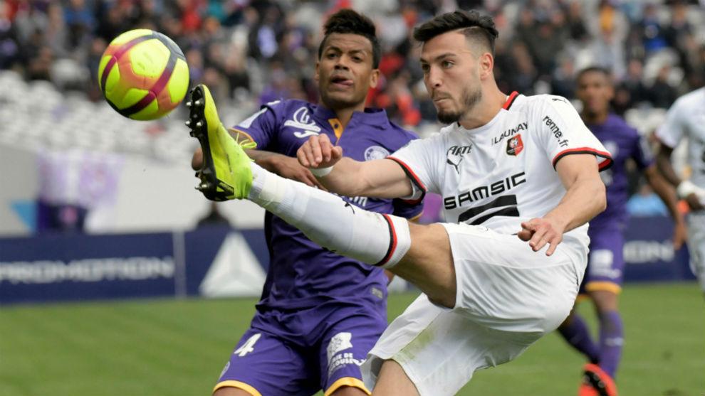 Dossevi, jugador del Toulouse (31) y el argelino Bensebaini (24)...