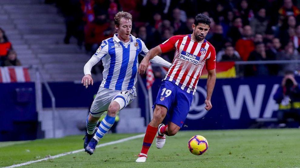 Zurutuza presiona a Diego Costa, en el partido contra el Atlético.