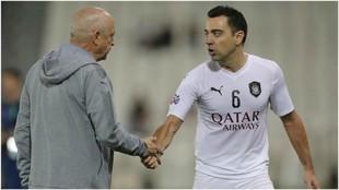 Xavi dialoga con su entrenador, Jesualdo Ferreira.