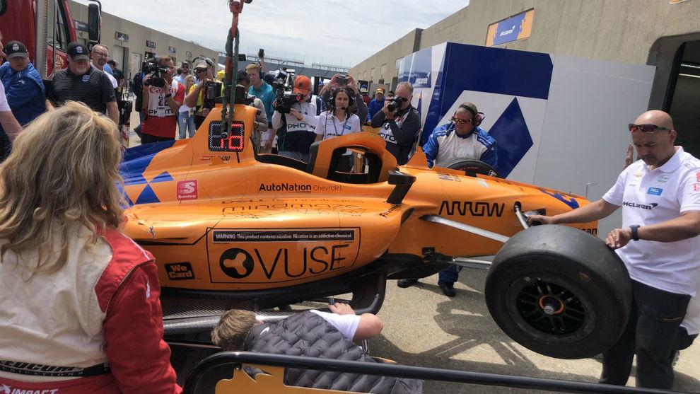 La grúa, con el McLaren de Alonso