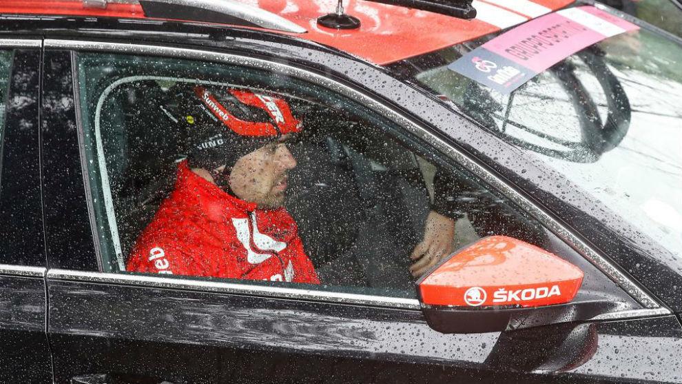 Tom Dumoulin en el momento en que abandonó la carrera italiana.