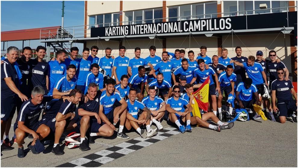 Jugadores y técnicos del Málaga posan antes de iniciarse la...