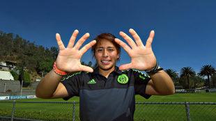 Cecilia posa con la camiseta de la selección mexicana.