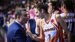 Miguel Méndez felicita a Alba Torrens tras conquistar la Euroliga