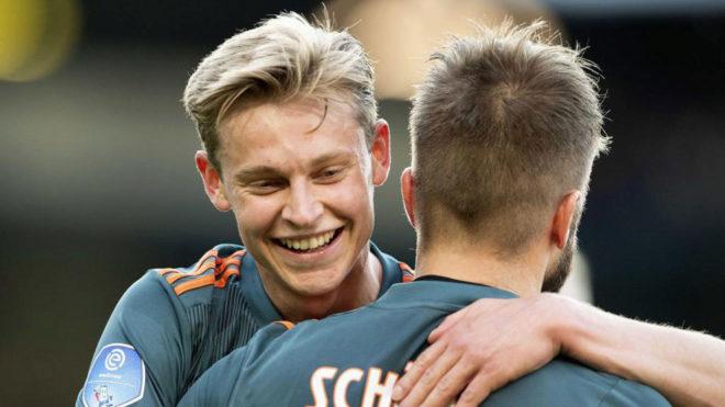 Frenkie de Jong embracing Lasse Schone