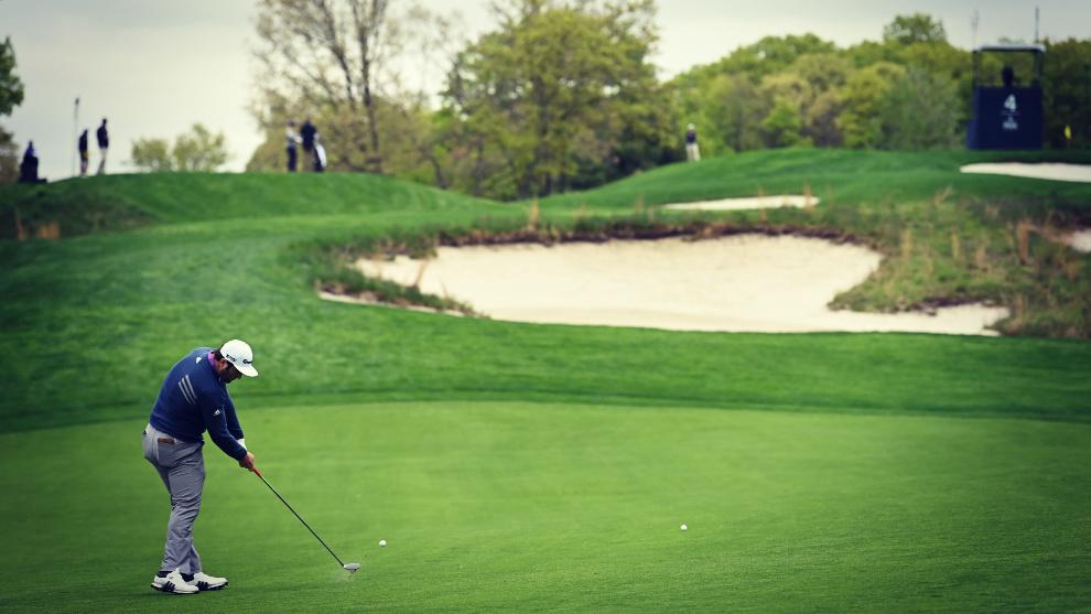 Jon Rahm realiza un golpeo en una sesión previa del PGA Championship...