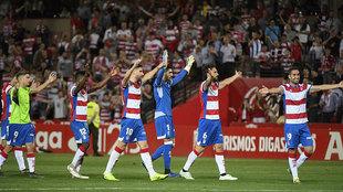 Los jugadores del Granada celebran el último triunfo en Los Cármenes