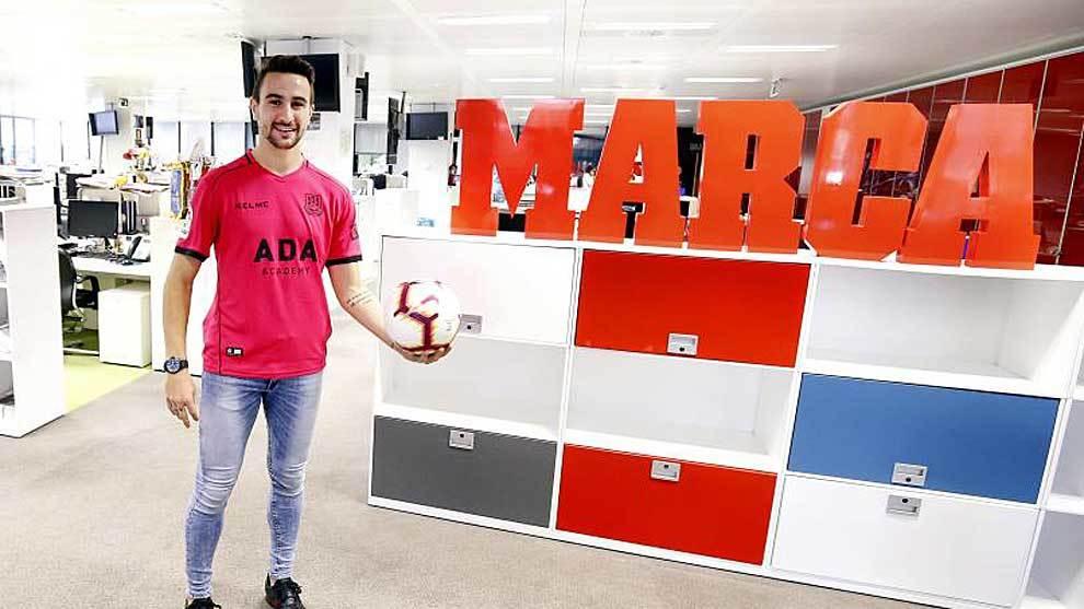 Juan Muñoz posa con un balón durante su visita a la redacción de...