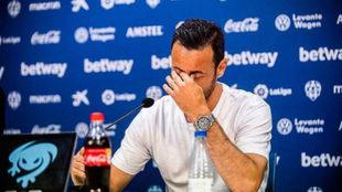 Pedro López rompe a llorar en su despedida.