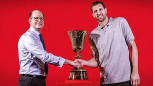Andreas Zagklis, Secretario General de la FIBA, estrecha la mano de...