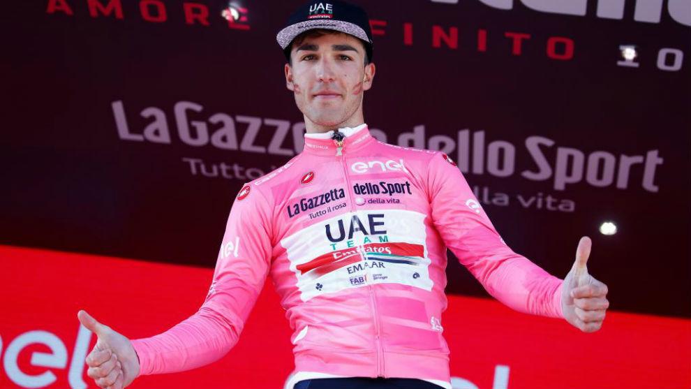 Conti celebrando en el podio su 'maglia' rosa como líder de la...