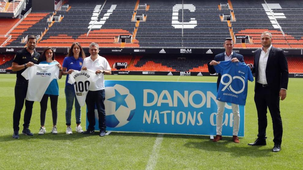 Foto de familia en el césped de Mestalla durante la presentación de...