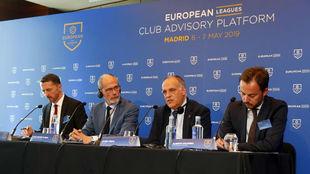 El presidente de las European Leagues, Lars-Crister Olsson, con Javier...