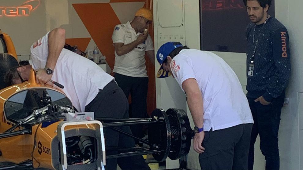 Alonso, en el box de McLaren, el miércoles por la noche.