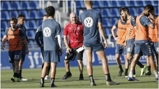 Luis César Sampedro explica a sus jugadores un ejercicio