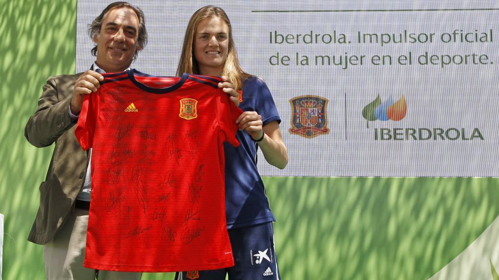 Irene Paredes junto a Juan Luis Aguirrezabal, director Global de Marca...
