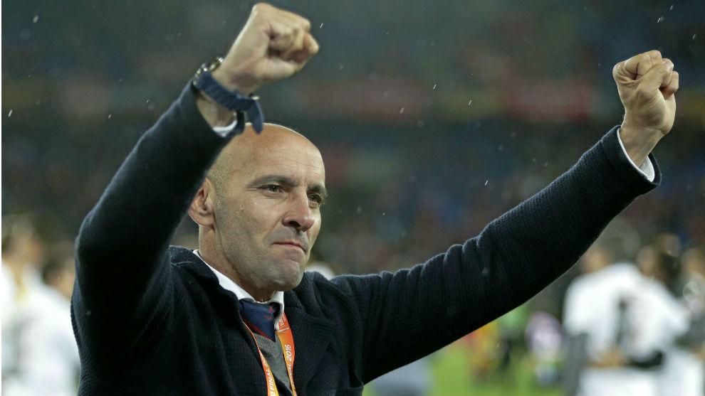 Mponchi (50), director general deportivo del Sevilla, celebra una...