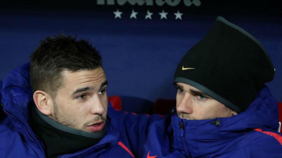 Lucas y Griezmann hablan en el banquillo