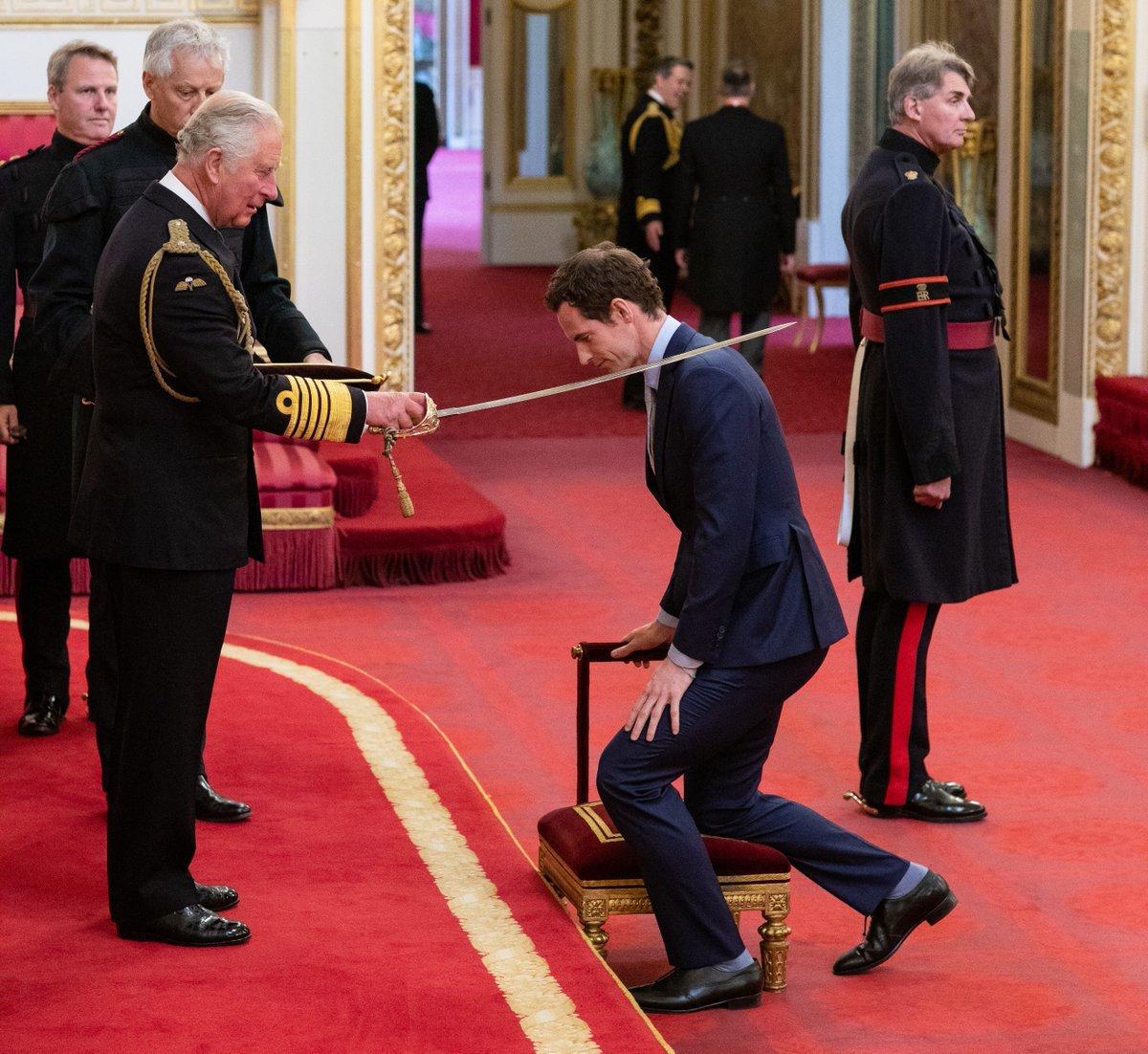El Príncipe de Gales ordena caballero a Sir Andy Murray en el Palacio...