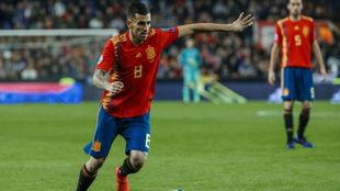 Dani Ceballos durante un partido de la Selección.
