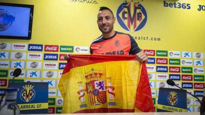Cazorla, con la bandera de España tras conocer su convocatoria.