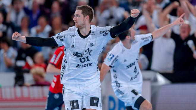 El pivote internacional alemán del Kiel, Pekeler, celebra un gol con...