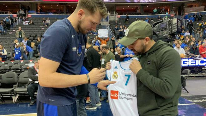 Luka Doncic firma una camiseta del Real Madrid antes de un partido en...