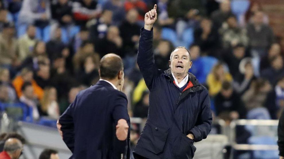 Víctor Fernández da instrucciones durante el partido ante el...