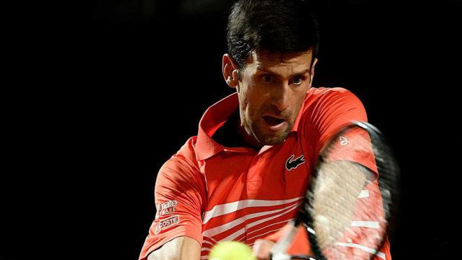 Djokovic golpea una bola en el partido ante Del Potro.