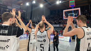 Los jugadores del RETAbet Bilbao saludan a su afición